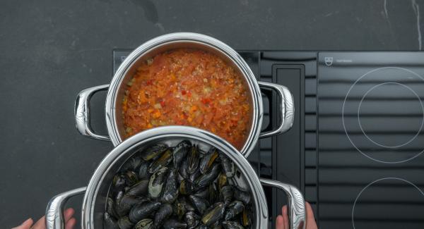 Tritare le foglie di origano, mescolarle alla salsa di pomodoro e aggiustare di sale e pepe. Scartare le cozze chiuse; servire accompagnando con la salsa di verdure e pomodori.