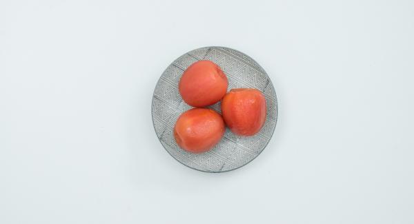 Scottare i pomodori in acqua bollente, spellarli e tagliarli a dadini. Ungere d'olio l'inserto forato.