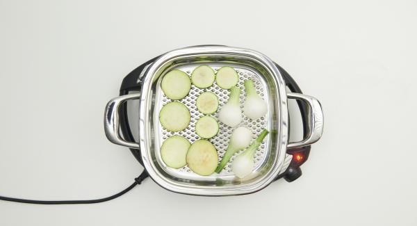 """Al suono di Audiotherm, adagiare le verdure all'interno di Arondo, premerle leggermente e riposizionare Audiotherm sulla finestra """"carne"""". Al raggiungimento dei 90°C, girare le verdure e grigliarle per ca. 2 minuti."""