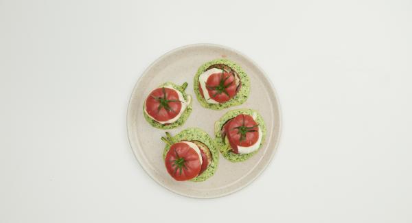 Disporre sul fondo del piatto la salsa al basilico e la lasagna di verdure. Chiudere il piatto con la cima del pomodoro grigliato. Servire tiepida.