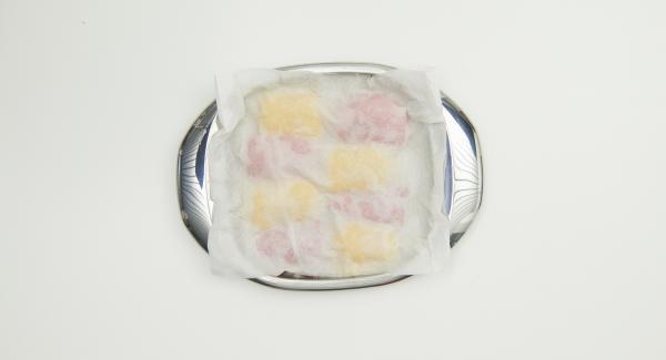 Togliere i peperoni dall'Unità e coprirli con un panno umido da cucina. Lasciarli raffreddare, togliere la pelle e tagliare i peperoni a tocchetti.