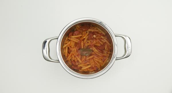 Al suono di Audiotherm, posizionare l'Unità nel suo coperchio capovolto e attendere l'apertura di Secuquick. Togliere la foglia di alloro, spolverare con il parmigiano e aggiungere i peperoni tagliati in precedenza. Insaporire con sale, pepe e olio d'oliva.