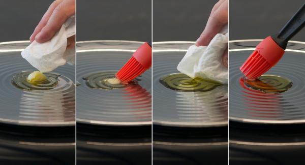 Quindi, abbassare Navigenio a livello 2 o il fornello al minimo e aggiungere il cucchiaino di olio o grasso. Distribuirlo uniformemente in oPan.