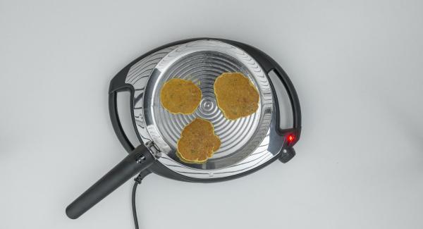 Disporre 3 porzioni di pastella in oPan. Al raggiungimento del livello di cottura desiderato, girare l'omelette e cuocerla dall'altro lato.