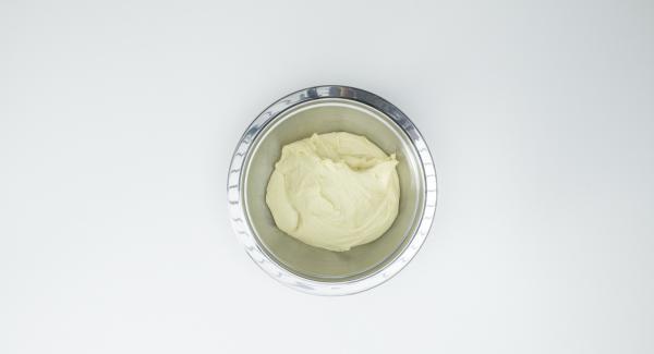 impastare la farina con il lievito disidratato, il latte, lo zucchero, il sale, il burro, l'uovo e il tuorlo, fino a ottenere una pasta morbida. Coprire e lasciar riposare per ca. 30 minuti in luogo tiepido.