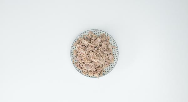 Per il ripieno, sminuzzare il tonno con una forchetta, tagliare il pomodoro a dadini e tritare il prezzemolo. Mescolare il tutto e insaporire con sale e pepe.