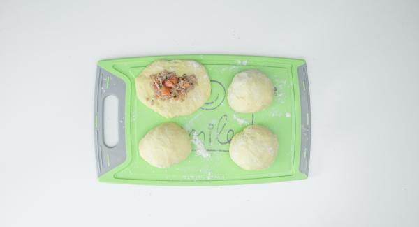 Dividere la pasta in quattro pezzi, appiattirli con le mani e farcire ciascuno con ca. due cucchiai di composto al tonno. Richiudere bene la pasta sul ripieno e formare uno gnocco.