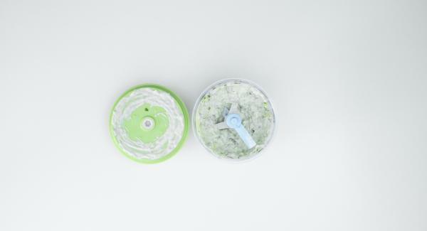 Per servire, lavare il cetriolo. Tagliarlo in pezzi di ca. 4 cm di lunghezza e tritarlo finemente nel Tritamix. Aggiungere le foglioline di erbe aromatiche e continuare a tritare. Amalgamare lo yogurt e condire con sale e pepe.Trascorso il tempo di cottura, estrarre la Softiera. Tagliare a metà gli gnocchi e impiattarli con la salsa allo yogurt.