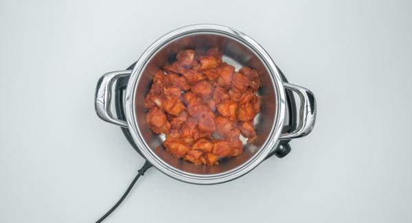 Al suono di Audiotherm, abbassare Navigenio a livello 2, aggiungere il pollo e rosolarlo. Unire le patate ancora grondanti d'acqua e la citronella, quindi mescolare.