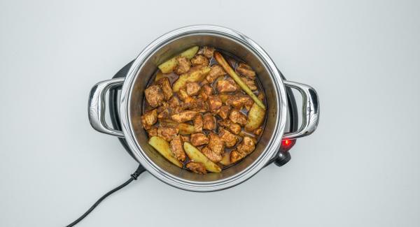 Al termine della cottura, estrarre la Softiera e unire al pollo il latte di cocco, quindi aggiustare di sale e pepe. Servire con il riso.