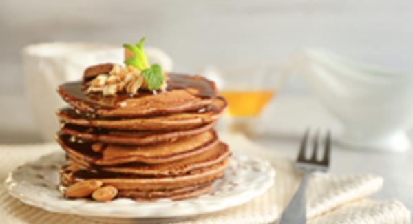 Al raggiungimento della doratura desiderata, girare il pancake e portarlo a cottura. Procedere allo stesso modo con la restante pastella. Comporre con i pancake una torre e guarnire a piacere prima di servire.