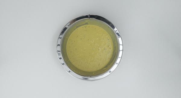 Versare la farina e il sale in un'ampia bacinella. Aggiungere circa 500 ml di brodo di gamberi fino a ottenere una pastella fluida.