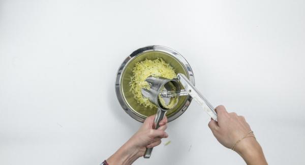 Pelare le patate, lasciarle raffreddare e schiacciarle con uno schiacciapatate o grattugiarle grossolanamente.
