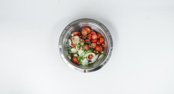 Mondare i pomodorini e tagliarli a metà o in quarti, mondare il cipollotto e tagliarlo ad anelli sottili. Mescolare pomodorini e cipollotti con l'olio e l'aceto balsamico. Condire con sale e pepe.