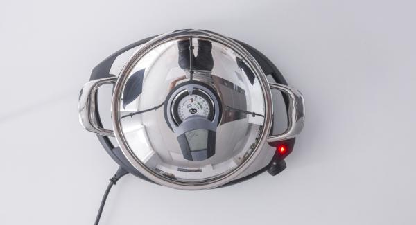 Al suono di Audiotherm, togliere EasyQuick, mescolare e aggiungere la salsa di pomodoro e i peperoni.
