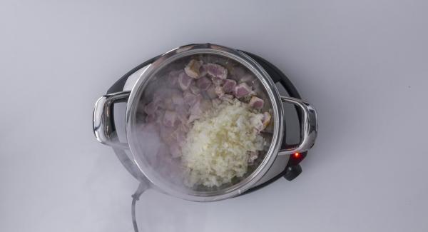 Al suono di Audiotherm, impostare un livello basso e rosolare la lonza in porzioni. Insieme con l'ultima porzione, rosolare anche la cipolla e l'aglio. Insaporire con sale e pepe. Coprire con lo sherry e i pomodori filtrati, unire quindi la foglia di alloro.