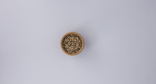 """Nel frattempo, trasferire i pinoli in un'unità di cottura piccola e chiudere. Regolare il fornello al massimo e scaldare l'unità di cottura fino alla finestra """"carne"""" utilizzando Audiotherm. Al suono di Audiotherm, impostare un livello basso e tostare i pinoli mescolando continuamente, fino a doratura. Togliere i pinoli dall'unità di cottura."""