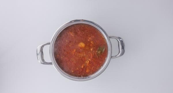 Riportare a bollore, aggiungere le prugne e cuocere a bassa temperatura per altri 5 minuti circa. Eliminare la foglia di alloro, insaporire la lonza con sale, pepe, zafferano, cacao e olio di oliva. Cospargere con i pinoli e servire.
