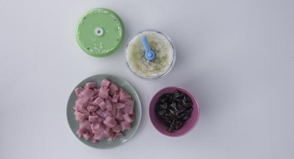 Pelare e tagliare le cipolle e l'aglio a dadini. Fare altrettanto con la lonza e le prugne secche.