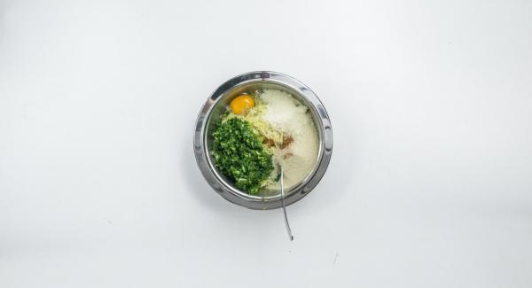 Pelare la cipolla, mondare gli spinaci e tritarli finemente nel Tritamix, poco alla volta. Impastare le patate e gli spinaci con l'uovo, il Parmigiano e il pangrattato e insaporire generosamente con sale e noce moscata.