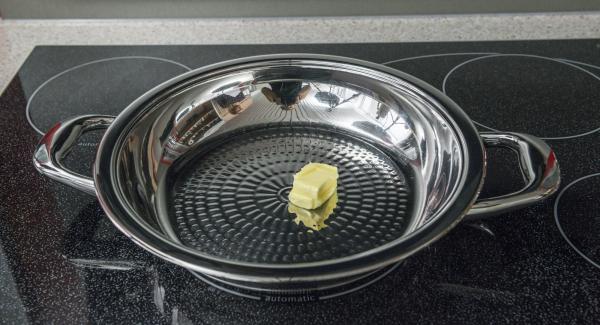 Mettere una noce di burro nella Padella Arcobaleno e scaldare a calore massimo. Appena il burro inizia a schiumare, distribuirlo uniformemente roteando Arcobaleno e adagiarvi i burger di patate.