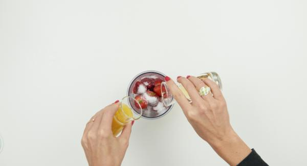 Mondare e pulire le fragole. Tagliare 200 g di fragole a pezzettini. In una brocca, ridurle in purea con il succo d'arancia, 2 cucchiai di zucchero e il liquore.