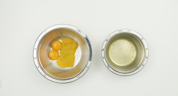 Separare le uova, sbattere a neve gli albumi con il sale. Montare anche la panna. Mescolare il restante zucchero con i tuorli finché il composto assume un colore giallo chiaro. Amalgamarvi con cura il mascarpone, la panna montata e gli albumi.