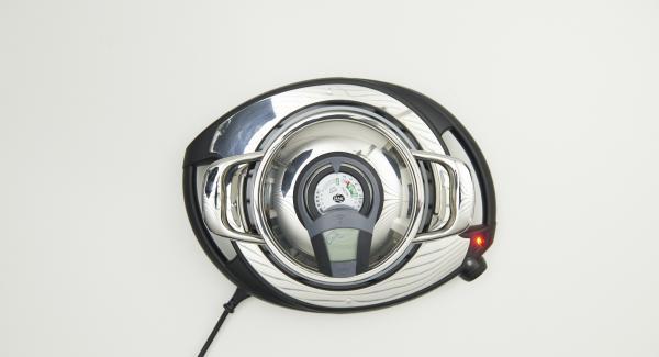 Al suono di Audiotherm, abbassare il calore, rosolare brevemente la cipolla e lasciarla raffreddare.
