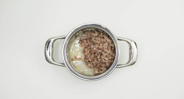 Tagliare le aringhe a cubetti piccoli e mescolarle alla cipolla. Tritare l'aneto, mescolarlo con l'olio e la panna acida e unire il tutto alle aringhe. Insaporire con il pepe e lasciar riposare.