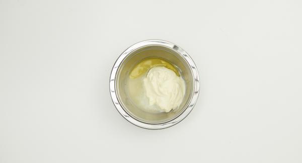 Mescolare la panna acida, il succo di limone e l'olio. Immergere il caviale e lasciar riposare.