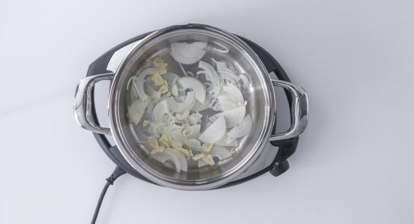 Tagliare a pezzi le cipolle. Affettare finemente l'aglio. Trasferire entrambi nell'unità di cottura fredda.