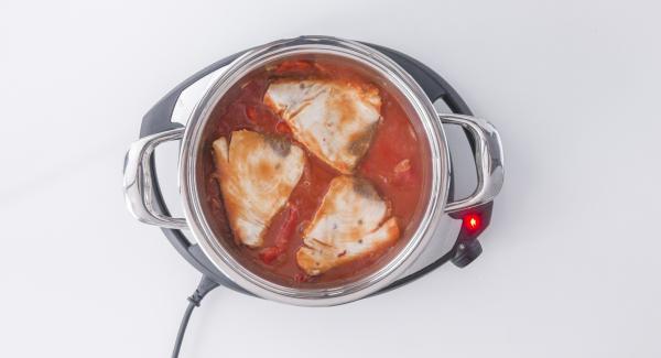 Trascorso il tempo di cottura, controllare se il pesce è cotto, mescolare e servire.