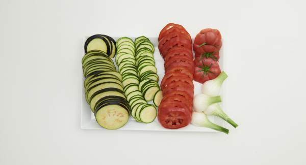 Lavare e tagliare a fette sottili le melanzane e la zucchina. Pulire i cipollotti, prelevare solo la parte bianca e dividerli in due parti per il lungo. Tagliare i pomodori in 3 parti e ricavare dei dischi.