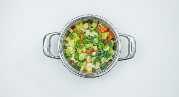 Mettere le verdure ancora grondanti d'acqua nell'unità di cottura.