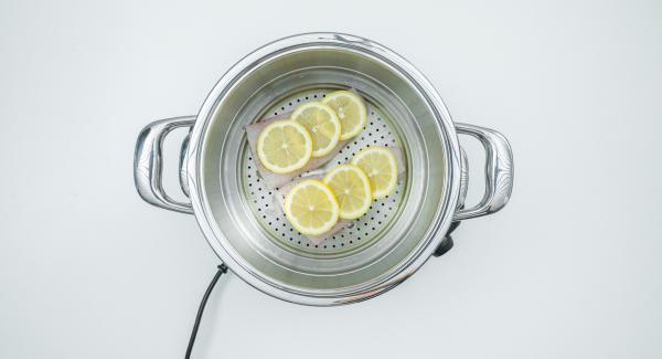 """Distribuire i dadini di pomodoro sulla verdura, appoggiare l'inserto """"2 in 1"""" sull'unità e coprire con il coperchio. Accendere Audiotherm, inserire un tempo di 20 minuti, applicarlo su Visiotherm e riscaldare a fuoco massimo fino alla finestra """"verdura""""."""