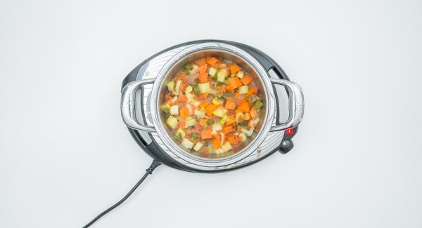 Al termine del tempo di cottura, aggiustare la verdura di sale e pepe e servire assieme al pesce.