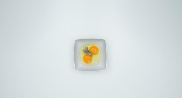 Insaporire le uova con sale e pepe e sbatterle con una forchetta. Tritare il peperone e il prezzemolo con Tritamix.