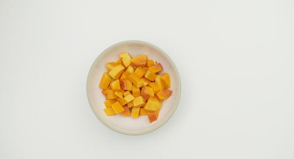 Pulire la zucca e tagliarla a dadini. Tagliare a metà il limone e tagliare ogni metà in quattro pezzi. Mettere il tutto nell'Unità di cottura insieme agli altri ingredienti.