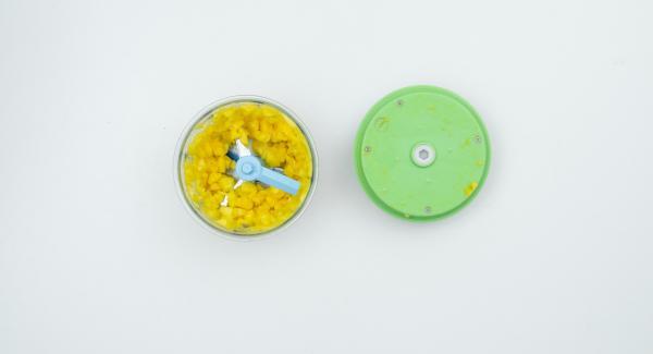 Inserire il mango nel Tritamix con la maionese e la crème fraîche.