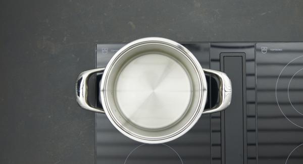 Collocare l'unità di cottura sul fornello, versarvi una tazza d'acqua, lavare le patate e adagiarle nella Softiera all'interno dell'unità di cottura. Chiudere con Secuquick.