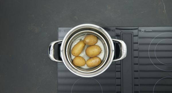 Trascorso il tempo di cottura, spostare l'unità dal fornello e attendere l'apertura di Secuquick. Far intiepidire le patate, pelarle e lasciarle raffreddare completamente.