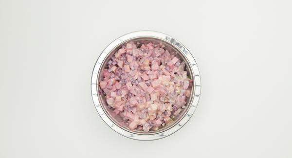 Tagliare a dadini le patate e aggiungerle alla salsa insieme a tutti gli altri ingredienti. Coprire l'insalata di aringhe e lasciarla riposare un paio d'ore in frigorifero. Aggiustare di sale e pepe prima di servire. Distribuire gli aghi di aneto sull'insalata e servire.