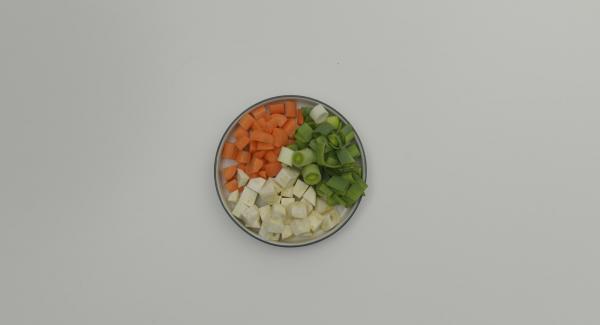 Pulire e tagliare a dadini gli odori. Lavare la cipolla e asciugarla tamponandola. Tagliarla a metà senza pelarla, inserire le mezze cipolle nell'unità di cottura con il lato tagliato rivolto verso il basso. Coprire con il coperchio e posizionare l'unità di cottura su Navigenio.