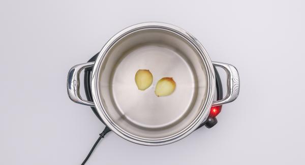 """Impostare Navigenio sul livello 6, accendere Audiotherm, applicarlo su Visiotherm e ruotarlo fino a visualizzare il simbolo """"carne"""". Al suono di Audiotherm, girare le mezze cipolle, aggiungere gli odori, gli ossi di carne e le verdure e rosolare il tutto per un po' a livello 3."""