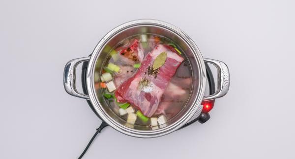 Aggiungere il pezzo di manzo e versare l'acqua. Unire un cucchiaio di sale e spezie, quindi mescolare. Chiudere l'unità con Secuquick.