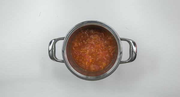 Schiacciare i pomodori, aggiungere il succo d'arancia e mescolare. Tritare le foglie delle erbe aromatiche e amalgamarle alla zuppa.