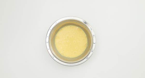 Sbattere le uova con il latte e insaporire con sale e pepe.