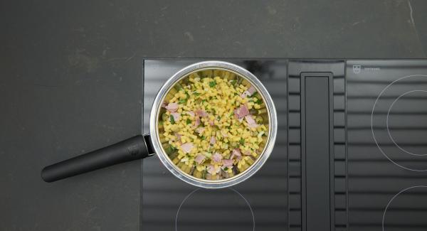 Abbassare il calore, versare un filo di olio. Mettere nella padella prima i diversi ingredienti e poi il composto di uova.