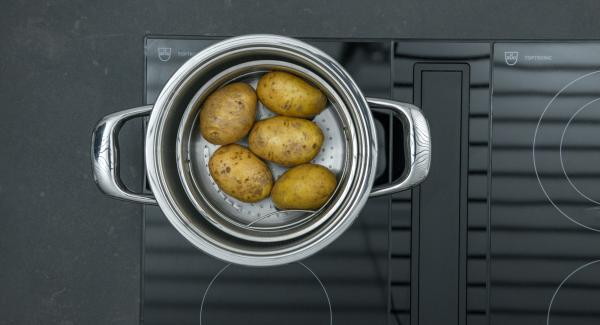 Versare una tazza d'acqua nell'unità di cottura. Lavare accuratamente le patate e trasferirle nell'inserto Softiera, che sarà poi inserito nell'unità di cottura. Chiudere l'unità con Secuquick.