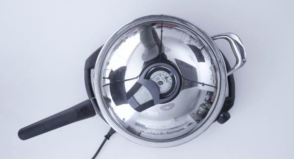 Al suono di Audiotherm, togliere il coperchio, asciugarlo e rimestare i gamberi. Coprire nuovamente con il coperchio.